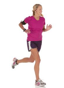 Frau hoert Musik beim Laufen