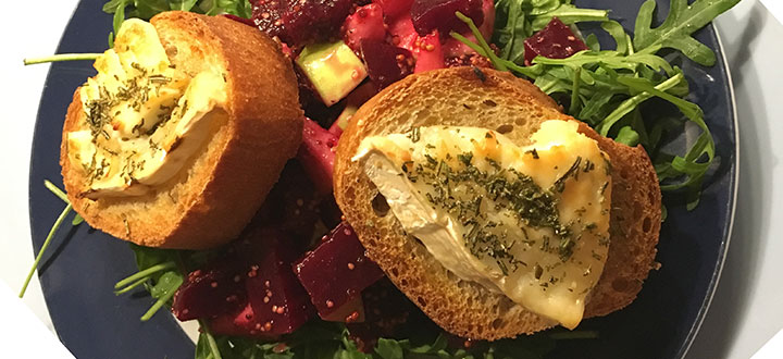 Rote Beete Ruccola Salat mit Ziegenkäse auf Weißbrot