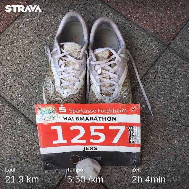 Schuhe und Startnummer