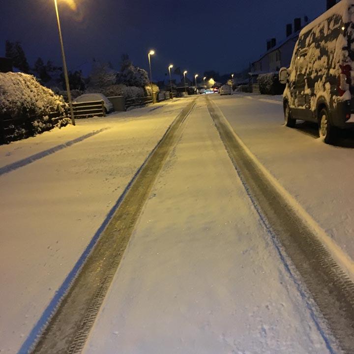Verschneite Straße. noch dunkel und am frühen Morgen